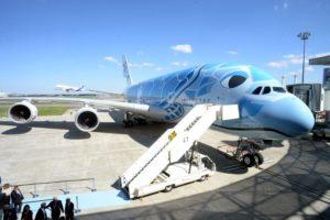"""Un Airbus A380 avec une livrée """"Tortue"""" bleue"""