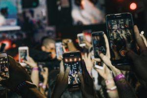 Personnes filmant un concert avec des smartphone