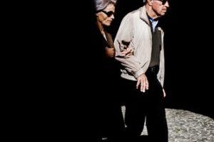 Un couple d'aveugles dans une rue sombre