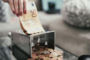 Une caissière manipulant des billets d'euro à Nuremberg en Allemagne