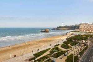 Une vue de la plage de Biarritz, non loin de l'hôtel qui accueillera les présidents