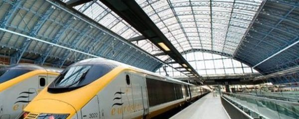 Un TGV de la SNCF flambant neuf à la station