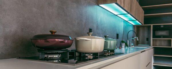 A l'intérieur d'une cuisine avec un feu de gaz