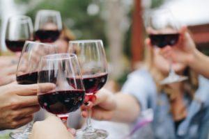 Des personnes levant une coupe de vin