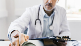 Un medecin saluant son patient