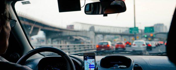 Un chauffeur d'Uber dans un trafic dense