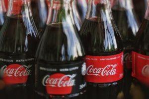 Des bouteilles de Coca Cola entassées.