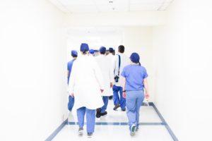 Un groupe de medecins dans le couloir d'un hôpital de Mexico.