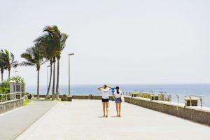 Deux jeunes femmes se promenant sur une station balnéaire des Iles canaries, en Espagne.