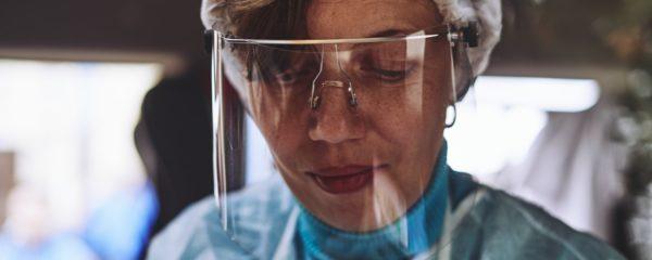 Une femme âgée avec une visière de protection contre le coronavirus.