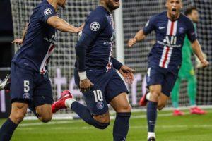 Les joueurs Parisiens célébrant un but .