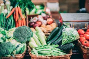 Un marché de légumes frais et de fruits.