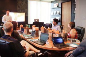 Une réunion au sein d'une PME.