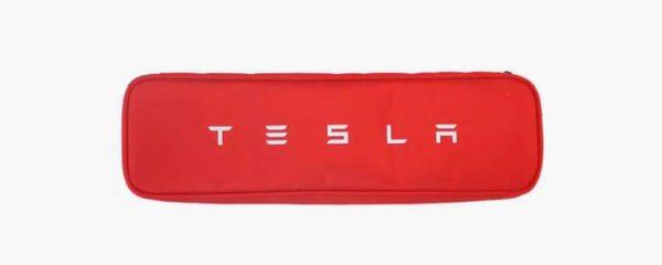 Le Logo de Tesla sur fond rouge.